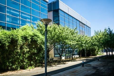 Nieuwe kantoorgebouwen liggen steeds verder van treinstations