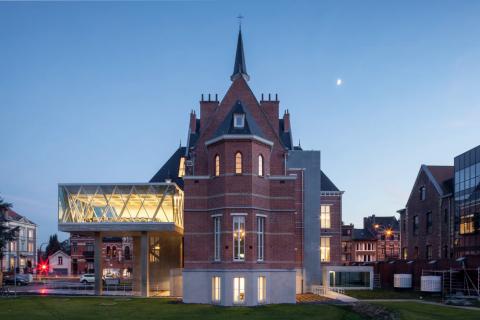 Project: Sociaal Huis - een contact- en doorverwijscentrum voor sociale dienstverlening als centraal gebouw voor de diensten van het OCMW Ontwerper: WAW architecten Locatie: Halle